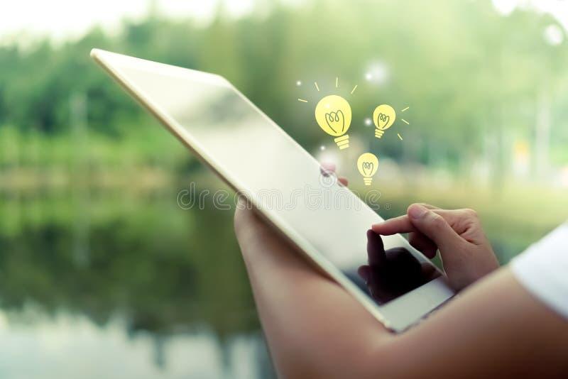 Χέρι γυναικών που χρησιμοποιεί τη μεγάλη ταμπλέτα για να κάνει την εργασία, προγραμματισμός στοκ εικόνες