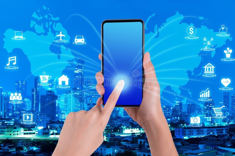 Χέρι γυναικών που χρησιμοποιεί το smartphone στο διαδίκτυο των πραγμάτων και του παγκόσμιου χάρτη στοκ φωτογραφία