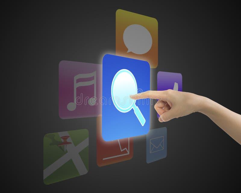Χέρι γυναικών σχετικά με το κουμπί εικονιδίων αναζήτησης στοκ εικόνες