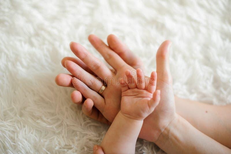 Χέρι εκμετάλλευσης πατέρων της συζύγου του και λίγης κόρης στοκ εικόνα