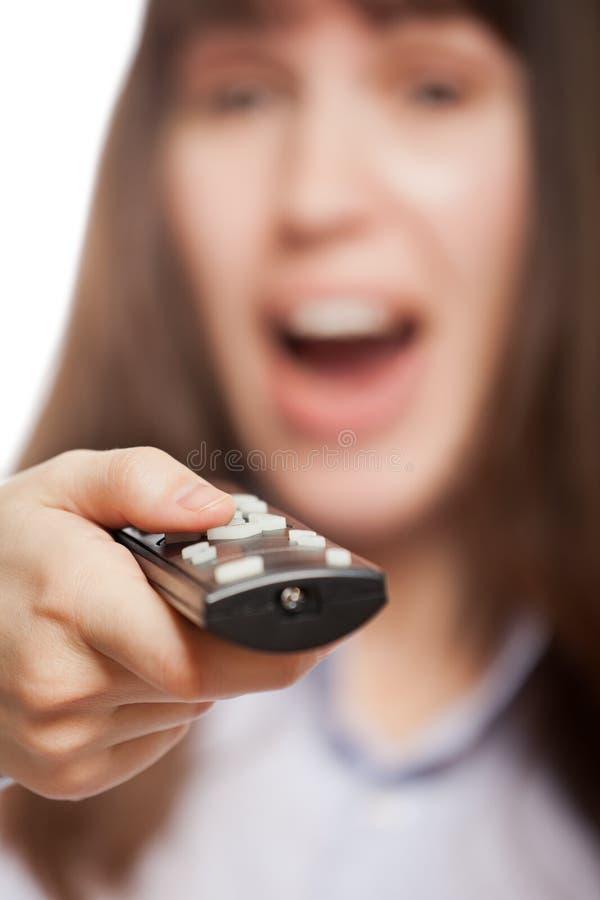 χέρι ελέγχου καναλιών που κρατά την απομακρυσμένη γυναίκα TV στοκ εικόνα με δικαίωμα ελεύθερης χρήσης