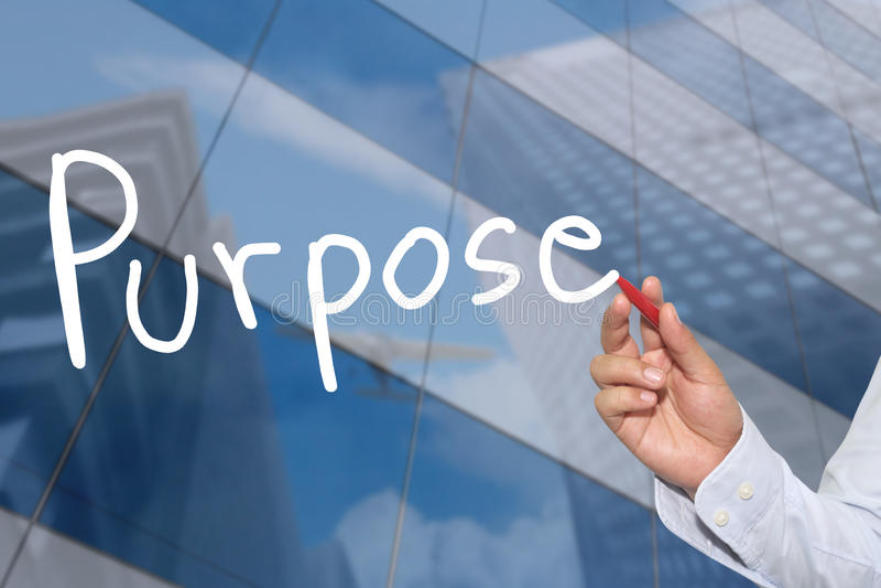 Χέρι ενός χεριού επιχειρηματιών που σύρεται μια λέξη του σκοπού στοκ εικόνες