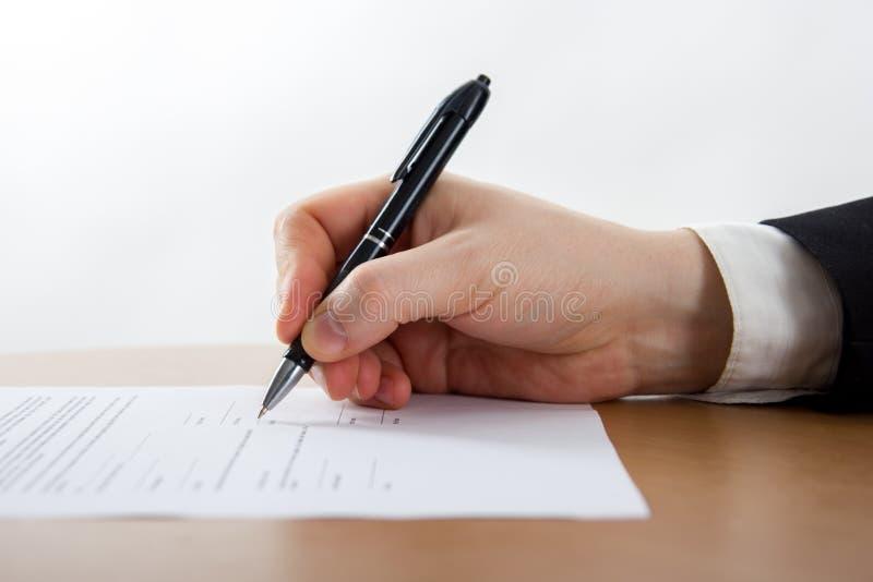 Χέρι επιχειρηματία που υπογράφει τα έγγραφα Δικηγόρος, realtor, επιχειρηματίας στοκ φωτογραφία με δικαίωμα ελεύθερης χρήσης