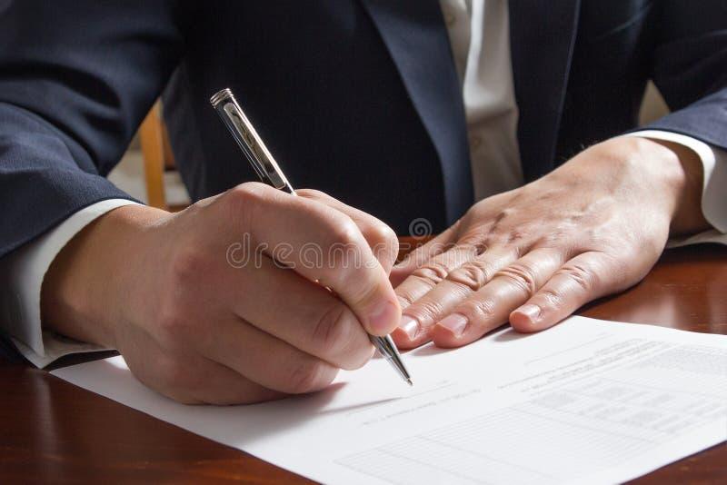 Χέρι επιχειρηματία που υπογράφει τα έγγραφα Δικηγόρος, realtor, επιχειρηματίας στοκ εικόνα