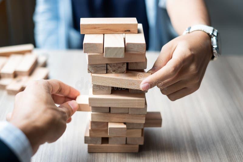 Χέρι επιχειρηματιών και επιχειρηματιών που τοποθετεί ή που τραβά τον ξύλινο φραγμό στοκ εικόνες με δικαίωμα ελεύθερης χρήσης