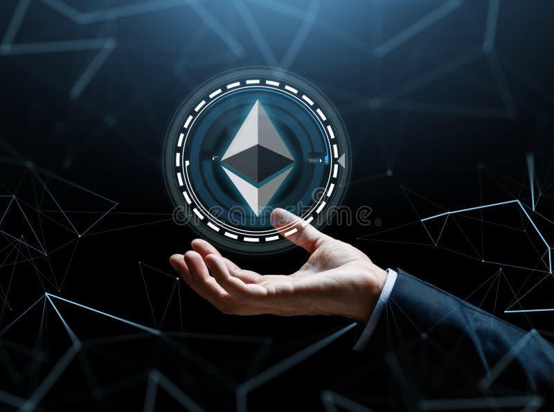 Χέρι επιχειρηματιών με το ethereum πέρα από το δυαδικό κώδικα στοκ εικόνα
