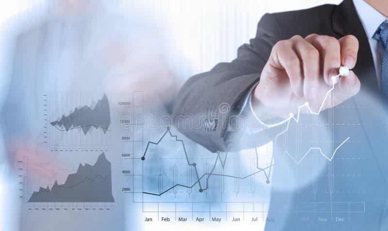 Χέρι επιχειρηματιών που λειτουργεί με νέο σύγχρονο στοκ εικόνα