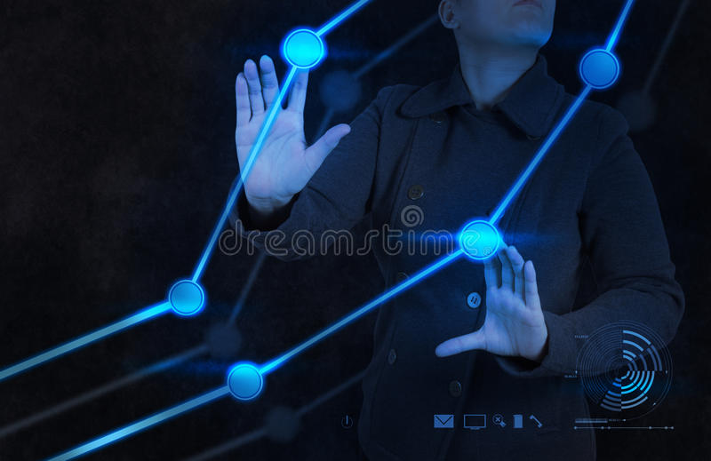 Χέρι επιχειρηματιών που λειτουργεί με τη νέα γραφική παράσταση υπολογιστών διεπαφών στοκ εικόνες με δικαίωμα ελεύθερης χρήσης