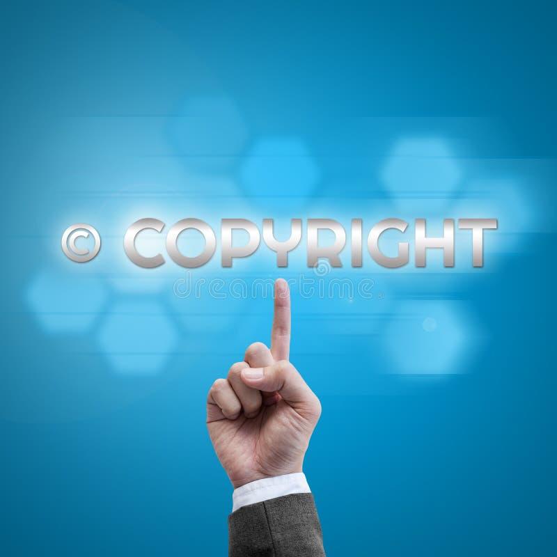 Χέρι επιχειρηματιών που λειτουργεί με τη σύγχρονη διεπαφή υπολογιστών ως πνευματικά δικαιώματα στοκ εικόνες