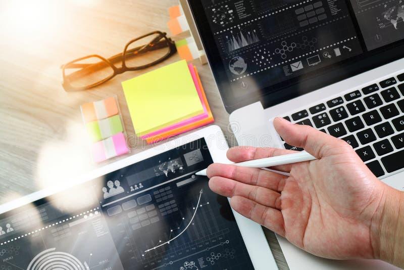 Χέρι επιχειρηματιών που λειτουργεί με τον ψηφιακούς υπολογιστή και το υπόμνημα ν ταμπλετών στοκ εικόνες με δικαίωμα ελεύθερης χρήσης