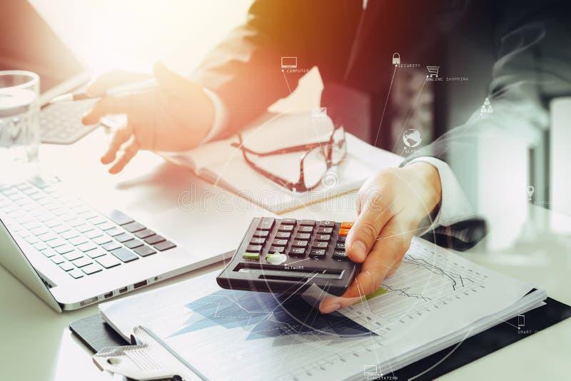 χέρι επιχειρηματιών που λειτουργεί με τους πόρους χρηματοδότησης για το κόστος και τον υπολογιστή ελεύθερη απεικόνιση δικαιώματος