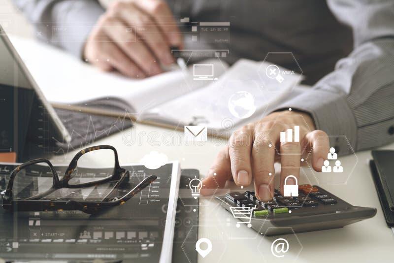 χέρι επιχειρηματιών που λειτουργεί με τους πόρους χρηματοδότησης για το κόστος και τον υπολογιστή διανυσματική απεικόνιση