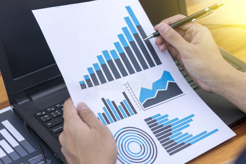 Χέρι επιχειρηματιών που λειτουργεί με το νέους σύγχρονους υπολογιστή και την επιχείρηση s στοκ εικόνα