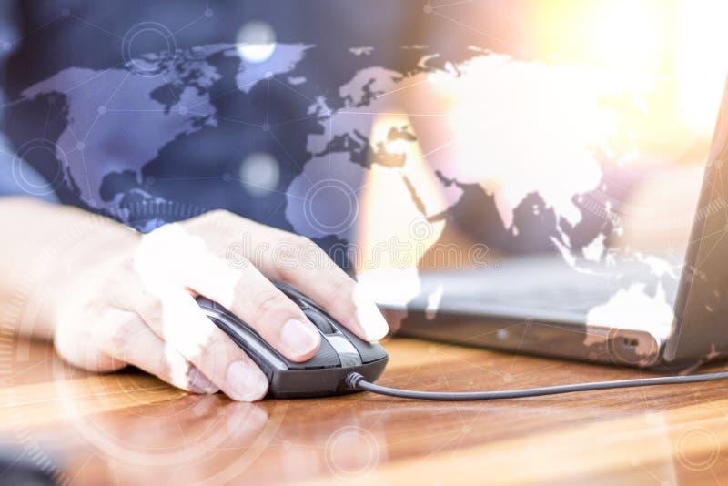 Χέρι επιχειρηματιών που λειτουργεί με το νέους σύγχρονους υπολογιστή και την επιχείρηση s στοκ εικόνες με δικαίωμα ελεύθερης χρήσης