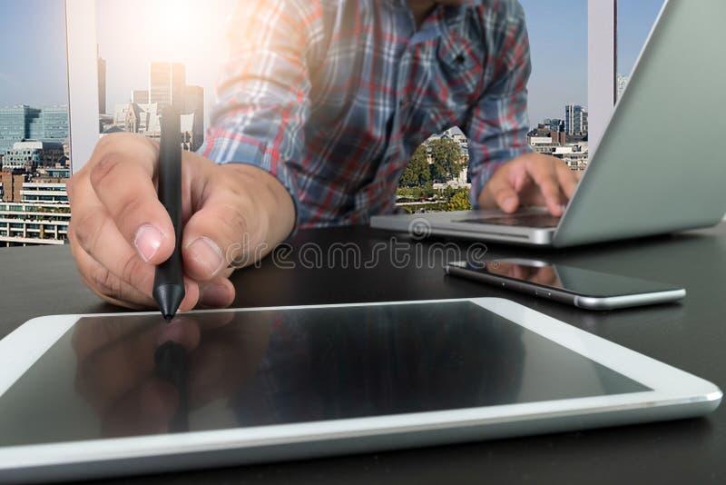 Χέρι επιχειρηματιών που λειτουργεί με το νέο σύγχρονο υπολογιστή και το έξυπνο phon στοκ φωτογραφίες