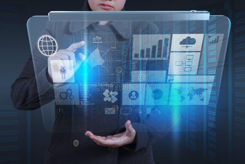Χέρι επιχειρηματιών που λειτουργεί με το νέο σύγχρονο υπολογιστή στοκ εικόνες