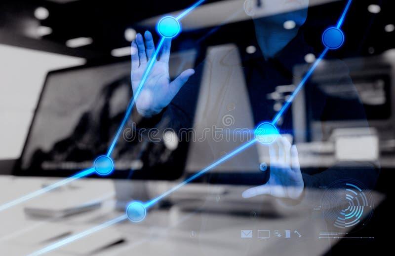 Χέρι επιχειρηματιών που λειτουργεί με το νέο υπολογιστή διεπαφών στοκ εικόνες