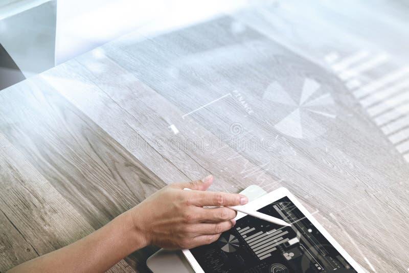 χέρι επιχειρηματιών που λειτουργεί με stylus την ψηφιακή ταμπλέτα μανδρών και lapt στοκ εικόνες