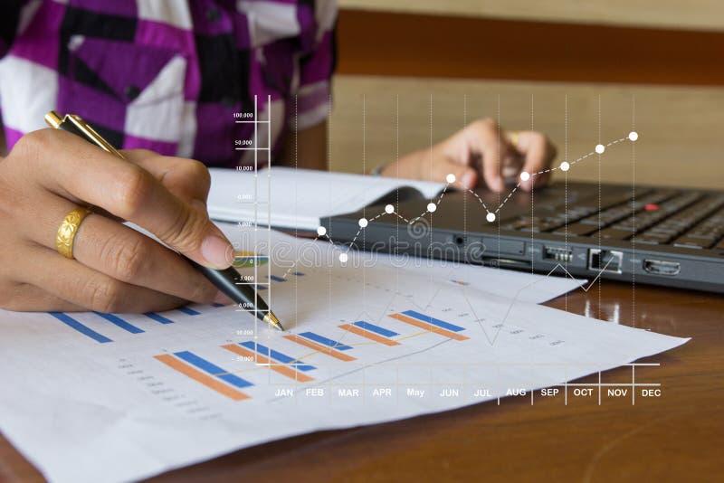 Χέρι επιχειρηματιών που λειτουργεί στο φορητό προσωπικό υπολογιστή στοκ εικόνες με δικαίωμα ελεύθερης χρήσης