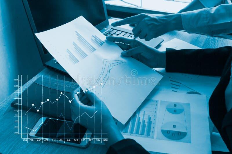 Χέρι επιχειρηματιών που λειτουργεί στο φορητό προσωπικό υπολογιστή στοκ φωτογραφίες
