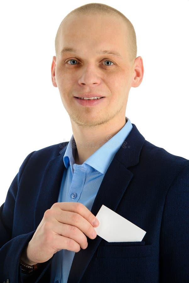 Χέρι επιχειρηματιών που κρατά μια επαγγελματική κάρτα πέρα από την τσέπη κοστουμιών, κινηματογράφηση σε πρώτο πλάνο Απομονωμένος  στοκ εικόνες