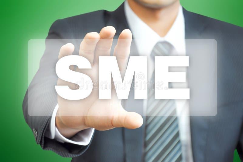 Χέρι επιχειρηματιών που κρατά την εικονική οθόνη με το σημάδι ΜΜΕ στοκ εικόνες
