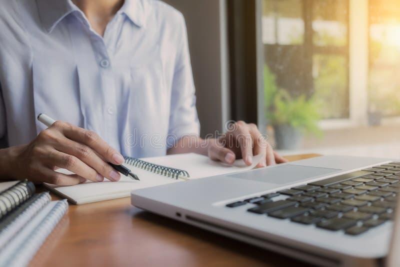 Χέρι επιχειρηματιών που λειτουργεί με το νέο σύγχρονο υπολογιστή στοκ εικόνα