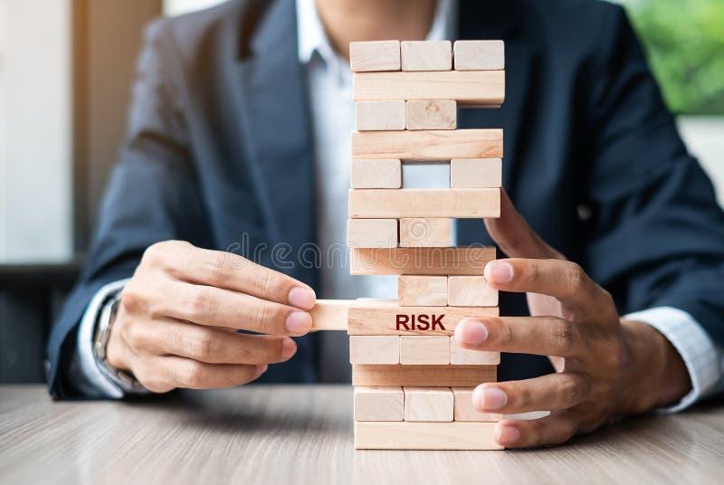 Χέρι επιχειρηματιών που τοποθετεί ή που τραβά τον ξύλινο φραγμό στον πύργο Έννοιες επιχειρησιακού προγραμματισμού, διαχείρησης κι στοκ εικόνες με δικαίωμα ελεύθερης χρήσης