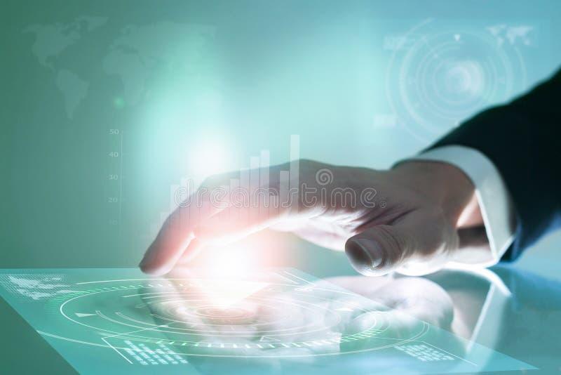 Χέρι επιχειρηματιών που ωθεί στη διεπαφή οθόνης στοκ φωτογραφίες με δικαίωμα ελεύθερης χρήσης