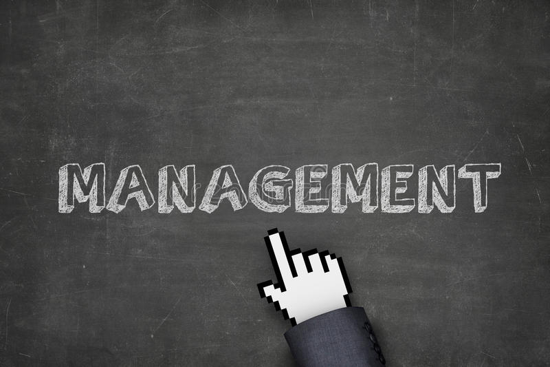 Χέρι επιχειρηματιών ` s με το δείκτη που δείχνει στο διοικητικό κείμενο στοκ φωτογραφία με δικαίωμα ελεύθερης χρήσης