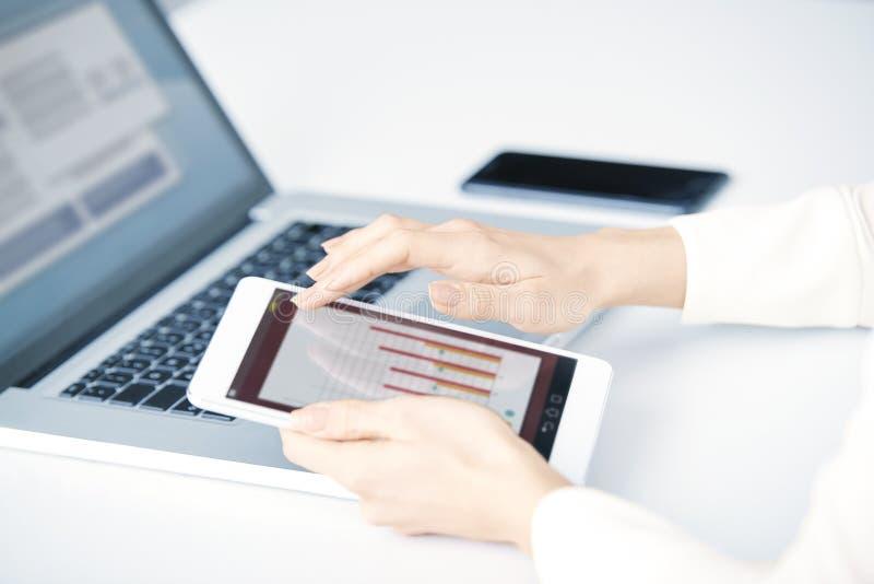 Χέρι επιχειρηματιών ` s σχετικά με την ψηφιακή ταμπλέτα στοκ φωτογραφία