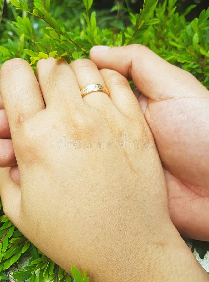 Χέρι ζεύγους με το δαχτυλίδι που παρουσιάζει αγάπη στοκ φωτογραφία με δικαίωμα ελεύθερης χρήσης