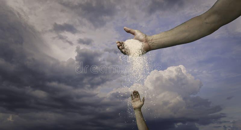 Χέρι Θεών που χύνει έξω την ευλογία στοκ φωτογραφία με δικαίωμα ελεύθερης χρήσης