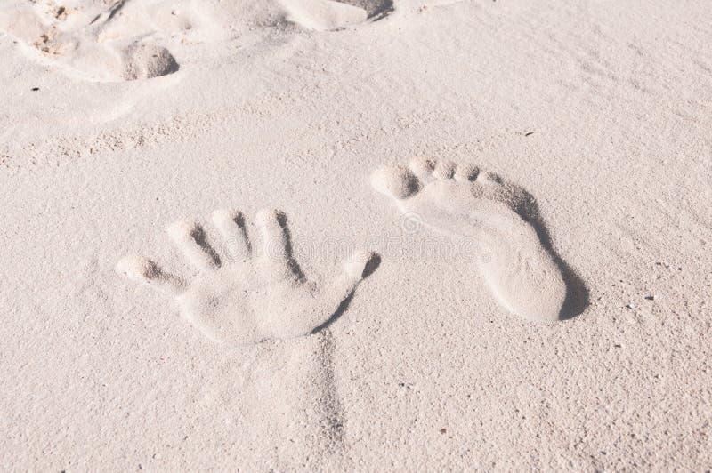 Χέρι και πόδι στην άμμο στοκ εικόνες