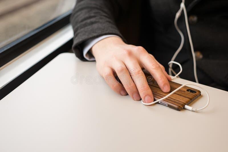 Χέρι και τηλέφωνο κατά τη μεταφορά στοκ φωτογραφία με δικαίωμα ελεύθερης χρήσης