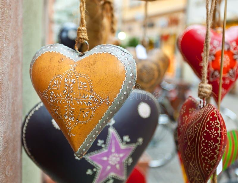 Χέρι καρδιών που διακοσμείται στο ύφος Χριστουγέννων στοκ εικόνα με δικαίωμα ελεύθερης χρήσης