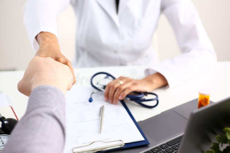 Χέρι κουνημάτων γιατρών όπως γειά σου με τον ασθενή στοκ φωτογραφία