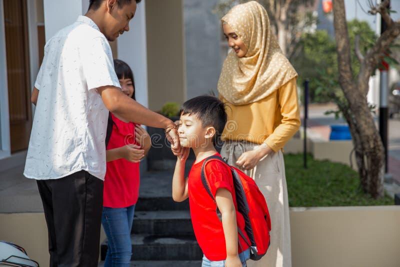 Χέρι κουνημάτων στο γονέα πρίν πηγαίνει στο σχολείο στοκ φωτογραφία με δικαίωμα ελεύθερης χρήσης