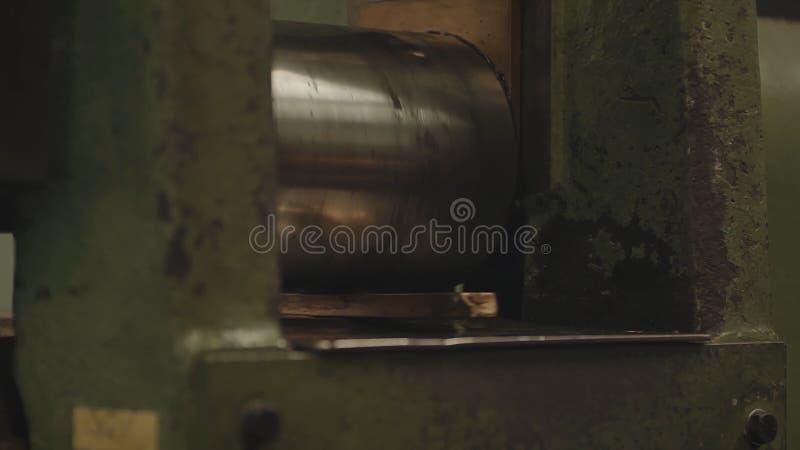 Χέρι-κυλημένοι χρυσοί φραγμοί Ρόλος επεξεργασίας βιομηχανικών εργατών του φύλλου χάλυβα Βιομηχανία μετάλλων Μηχανή κυλώντας μύλων στοκ φωτογραφία με δικαίωμα ελεύθερης χρήσης