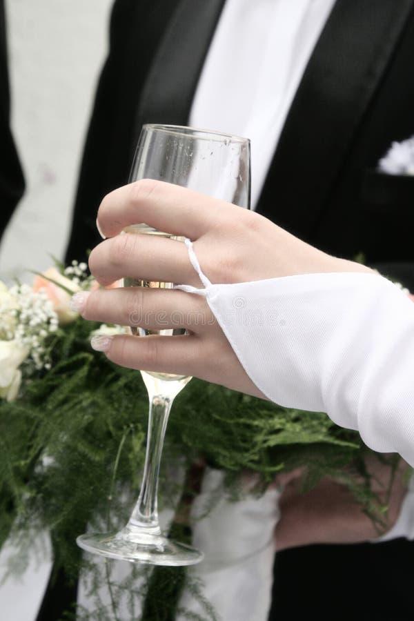Χέρι με ένα γυαλί στοκ φωτογραφίες με δικαίωμα ελεύθερης χρήσης
