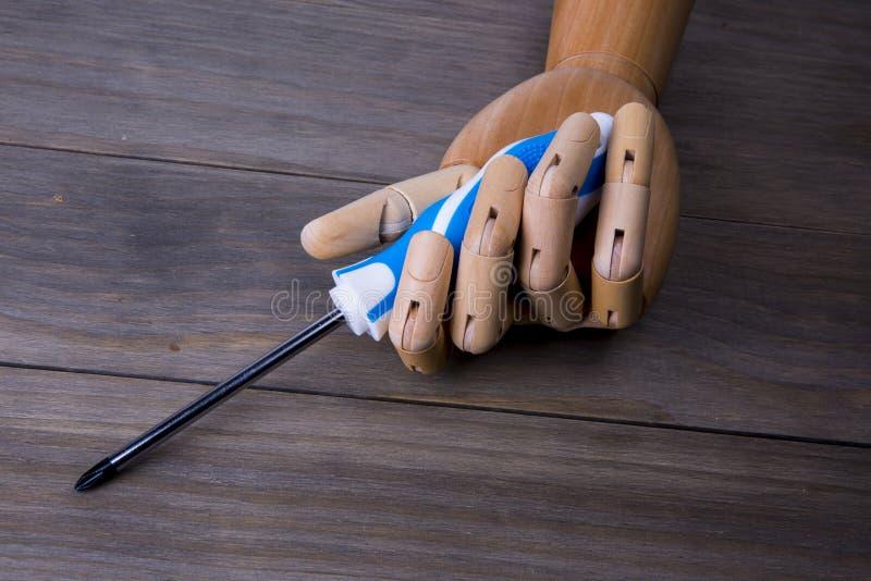 Χέρι με ένα κατσαβίδι στοκ εικόνα