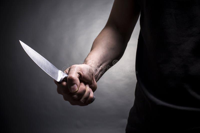 Χέρι με ένα μαχαίρι στοκ εικόνα με δικαίωμα ελεύθερης χρήσης