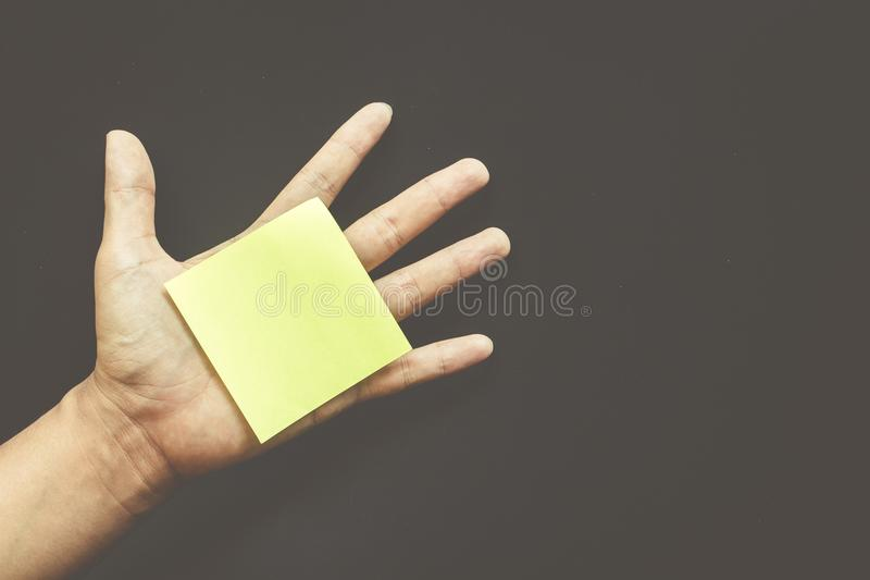 Χέρι με κενό διάστημα σημειώσεων υπενθυμίσεων το κολλώδες για το κείμενο στοκ φωτογραφία με δικαίωμα ελεύθερης χρήσης