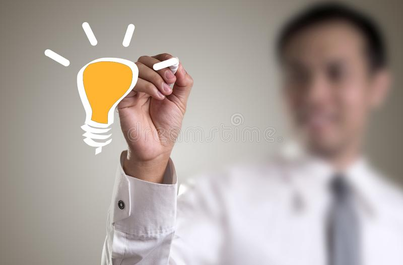 χέρι με μια λάμπα φωτός σχεδίων μανδρών στοκ εικόνες