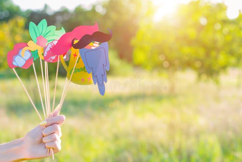 Χέρι με τα ζωηρόχρωμα στηρίγματα κομμάτων για την υπαίθρια δραστηριότητα ελεύθερου χρόνου φύσης την άνοιξη ή το καλοκαίρι στοκ φωτογραφία με δικαίωμα ελεύθερης χρήσης