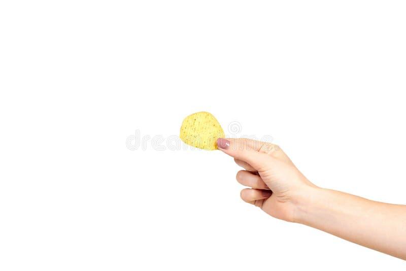 Χέρι με τα χρυσά τσιπ πατατών χρώματος, τραγανός και κυματιστός στοκ φωτογραφία με δικαίωμα ελεύθερης χρήσης