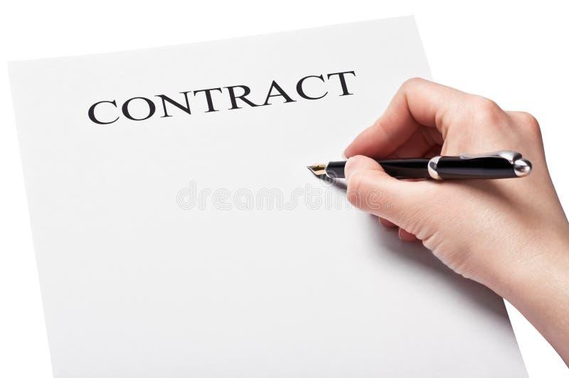 Χέρι με τη μάνδρα που υπογράφει μια σύμβαση στοκ εικόνες