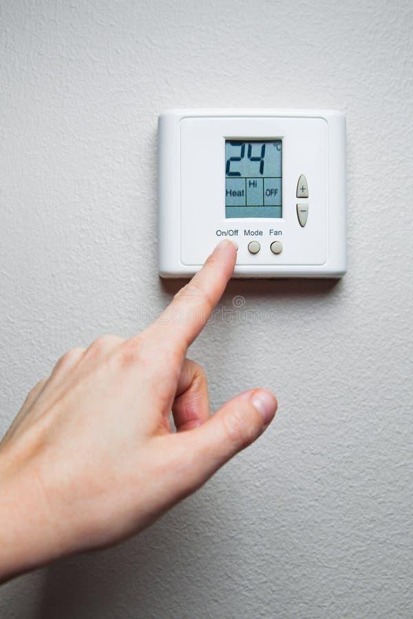 Χέρι με τον έλεγχο κλίματος στοκ εικόνες