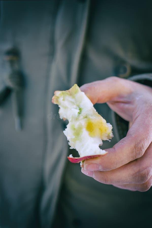 Χέρι με το κολόβωμα της Apple στοκ εικόνες