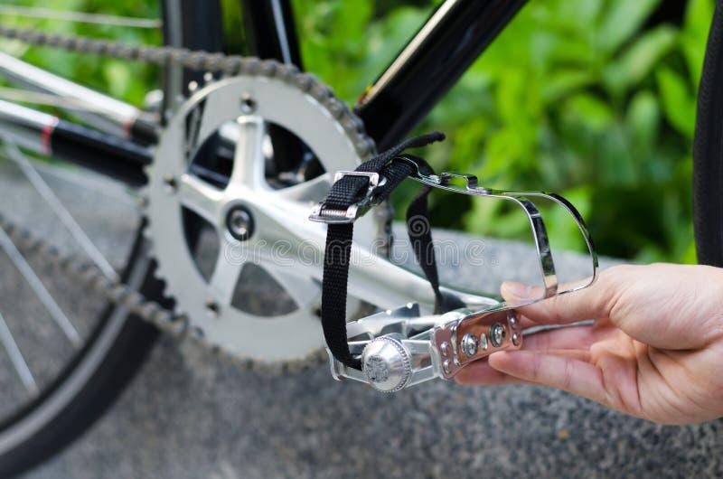 Χέρι με το πεντάλι ποδηλάτων στοκ εικόνα